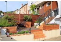 Escalier et terrasse d'accueil
